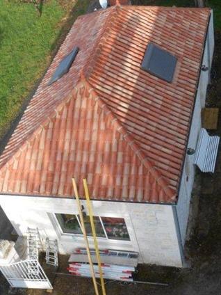 Travaux de restauration sur maison d'habitation. Couverture tuiles, modification d'ouvertures, Enduit pierres vues à la chaux. Commune de Maillé 85420