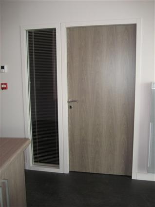 Porte intérieure en STRATIFE avec châssis fixe vitré pour l'Office de tourisme La Mothe Achard - Réalisé par la sté FLOBOIS basée à La Mothe Achard