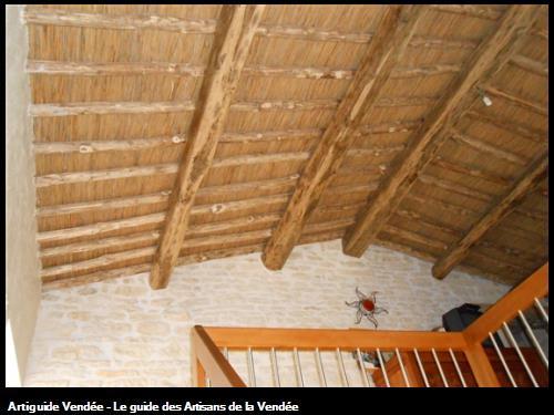 Lattis roseaux sur chevrons châtaigner et poutres en chêne réalisé à Maillé 85420.