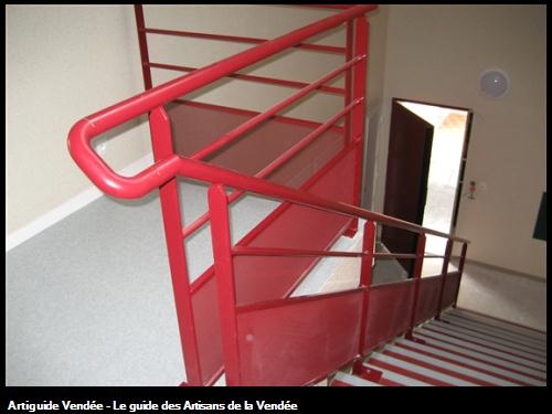 Travaux réalisés par la Ste FLOBOIS basée sur La Mothe Achard -Rampe escalier acier galvanisé teinte RAL sur Logements et commerces La Roche Sur Yon