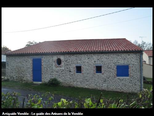 Façade après travaux (montage pierres et briques, couverture) aux alentours des Sables d'Olonne 85100