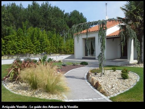 Chaînettes pavés de coloris gris et Béton poreux de coloris taupe, galets sablimaris, pouzzolane et petits enrochements-85150 Saint-Mathurin.
