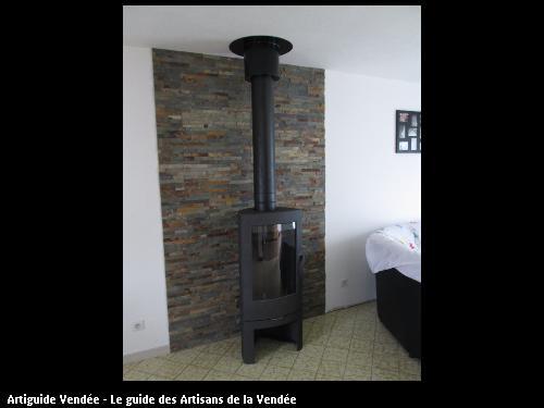 Poêle bois tout fonte protection mur avec plaque feu le client a poser les ardoises pour déco , commune de st Hermine