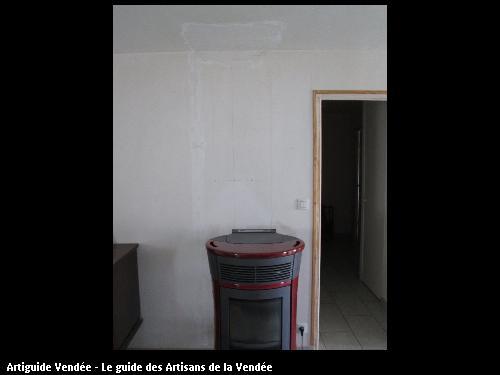 Poêle a pellet poser dans la grande pièce de vie avec distribution d air chaud dans le couloir des chambres, commune de Corpe