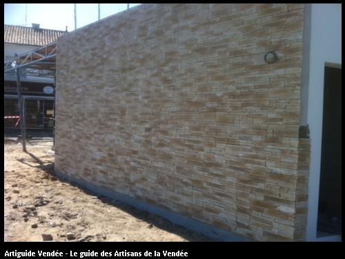 Habillage mur en pierre réalisé par l'entreprise Maçonnerie Montoise sur le secteur de Challans