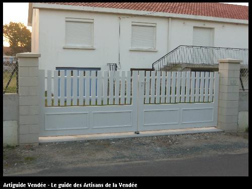 Portail de clôture en PVC blanc - Menuiserie NAULLEAU Michel