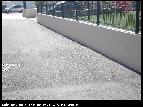 Enduit d'un mur de clôture terminé réalisé par l'entreprise Maconnerie des Landes basée à SAINT-AVAUGOURD-DES-LANDES (85540 Vendée)