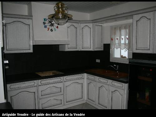 L'entreprise de peinture Jacques Bobin (85680 La Guérinière) a réalisé un relooking de cuisine avec une patine et effet vieilli sur les meubles et un béton ciré sur le plan de travail sur Noirmoutier (85330)