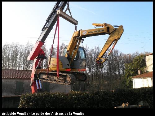 passage de la pelle par une grue pour accéder au chantier pour terrassement et pose de piscine