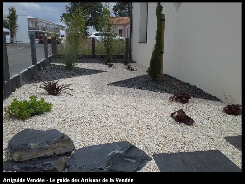 Décor Minéral composé de rochers et paillettes d' ardoise, et gravillons beige - 85440 TALMONT ST HILAIRE