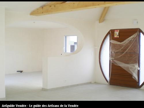 porte entrée arrondie avec ses cloisons en briques et enduit plâtre