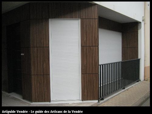 Travaux réalisés par FLOBOIS LA MOTHE ACHARD - Pose d'un bardage STRATIFIE Compact et d'un garde-corps ALU - Appartement aux Sables d'Olonne