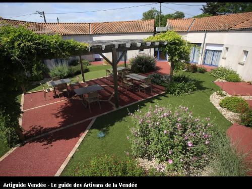 Allée et terrasse couverte en Béton poreux rouge délimitées par des Chaînettes pavés et du gazon synthétique - JARD/MER (85)