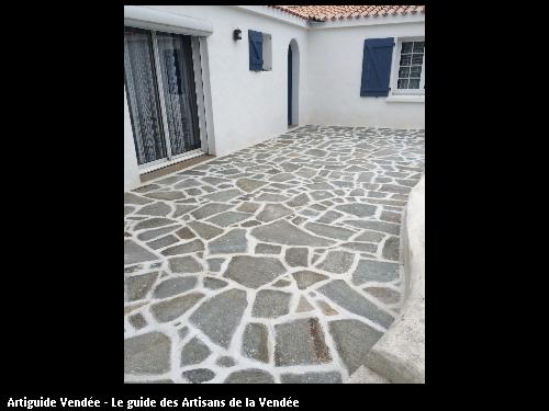 Terrasse pierres naturelles avec finition joints blancs