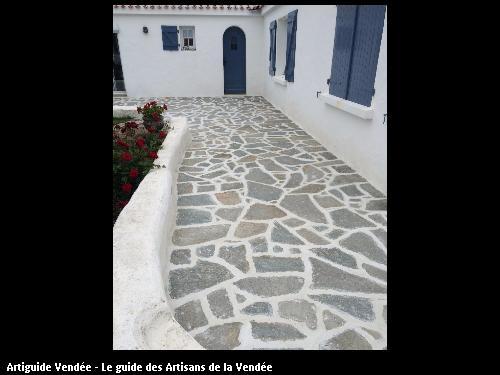 Terrasse en pierres naturelles avec joints blancs