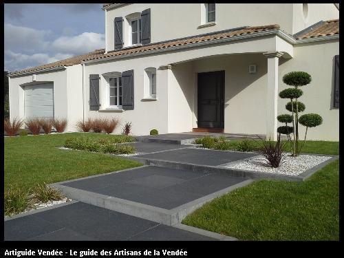 Accès porte d'entrée en Dalles céramiques délimitées par des bordures  béton. 85170 Belleville/Vie.