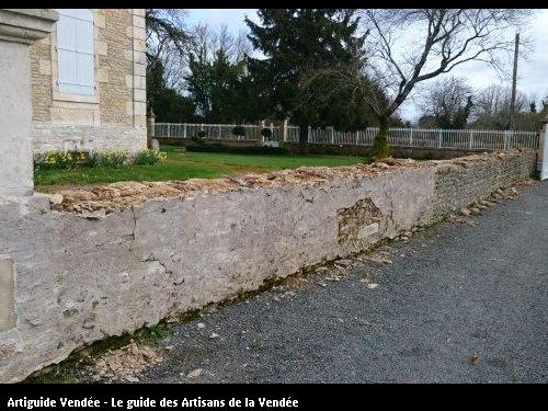 Mur de clôture en pierre avant travaux. Commune de Maillé 85420.