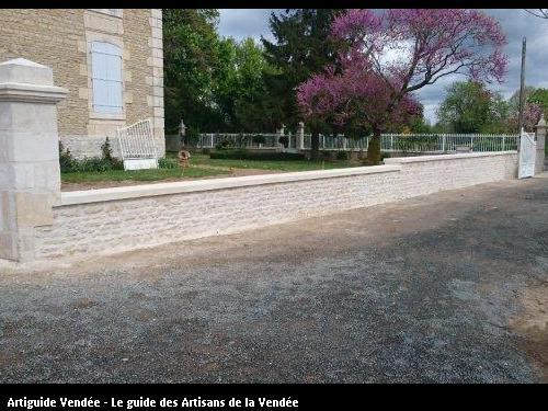 Mur de clôture en pierre après reconstruction. Commune de Maillé 85420.