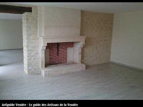 Restauration complète d'une cheminée et mur en pierres vues. Travaux réalisés sur la commune de Maillé.
