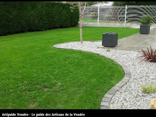 Création gazon pourtour terrasse avec pose pavés à plat en délimitation massif décoratif. Création sur le CHATEAU d'OLONNE par les pépinières GRELIER.