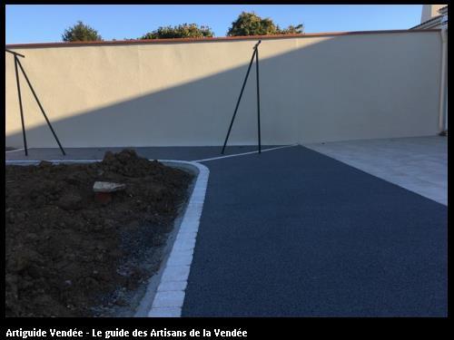 réalisation d'un béton poreux gris et de pose de pavés, d'un garage et mur de clôture.
