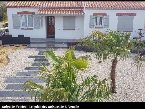 Décoration façade propriété avec cheminement en dalles et enrochement massif, plantation ! olonne sur mer