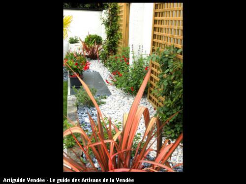 Aménagement effet jardinière le long du mur plantes grimpantes et arbustes. Les sables d'Olonne SARL PEPINIERES GRELIER
