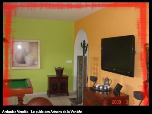 Revêtement mural simple vert et orange pour un rendu chalereux .
