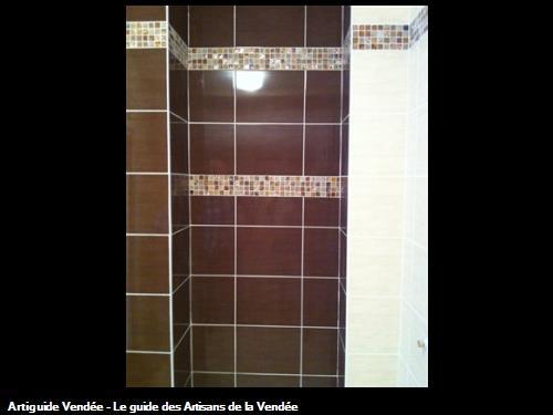 Suite carrelage et frise murale (salle de bain).