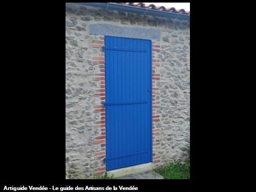 -Création d'une porte dans mur en pierres,- réalisation jambages en briques,- linteau granit et habillage en pierres aux alentours des Sables d'Olonne 85100