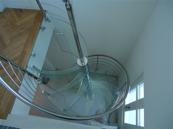 Escalier en colimaçon,marche en verre, rampe et garde corps inox. BORDEAUX 33000
