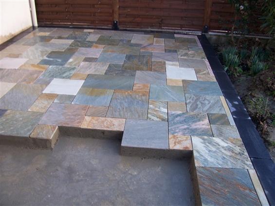 Terrasse en pierre naturelle en cours de réalisation