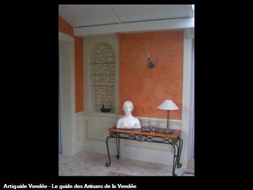Création d'un soubassement ainsi que d'une niche et réalisation d'un décor à la chaux.