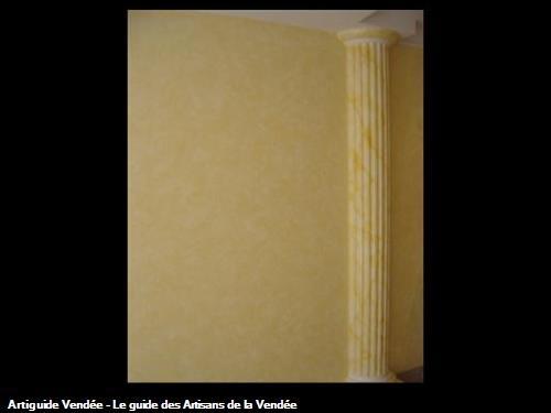 Pose colonne en staff dans salon avec peinture faux marbre