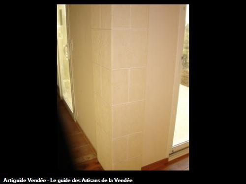 Pilier en plâtre martelé séparant salon en gratté ton pierre et cuisine en plâtre lisse blanc - LA REORTHE