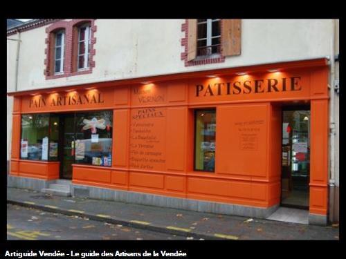 devanture de commerce en laque satinée orange,réalisé par l'entreprise Guy Praud SARL (Mouilleron le Captif 85000)
