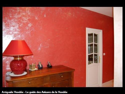 murs en carénia effet marbré rouge avec finition nacré,portes en laque satinée blanc,réalisé par l'entreprise Guy Praud SARL (Mouilleron le Captif 85000)