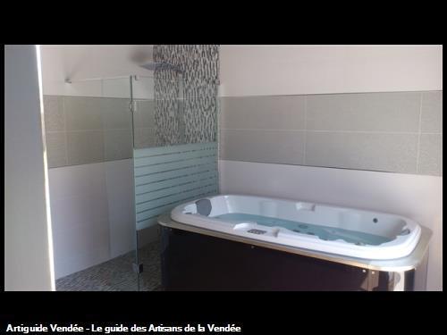 Salle de bain avec baignoire massante