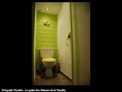 Rénovation de WC en lambris et toile de verre. Peinture de la porte avec bandes de rappel ! POUZAUGES -85700