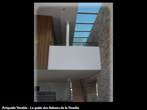 Design exeptionel, avec un mur en pierre mélangé avec le rêvetement mural blanc .