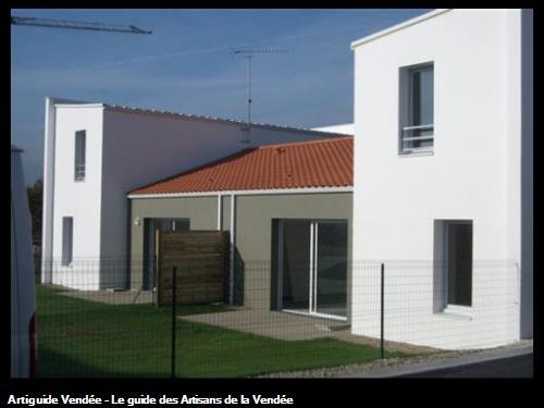 Ravalement des façades au :  Coteau Richelieu à La Roche sur Yon . Construction de nouveaux logements .