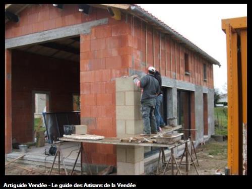 Maison réalisée à Maillezais 85420Elévations en briques BGV , pilier en pierre calcaire , couverture et zinguerieVendée 85