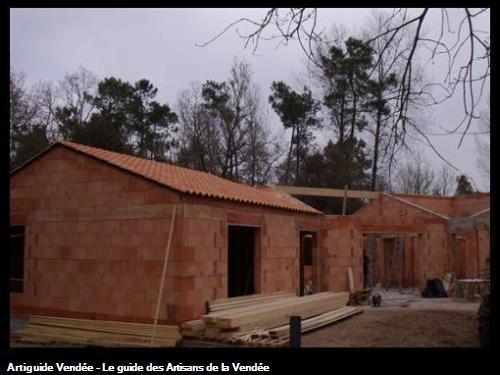 réalisation en cours d'une maison en brique et couverture