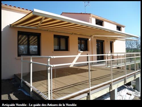 Terrasse bois avec garde corps et store banne
