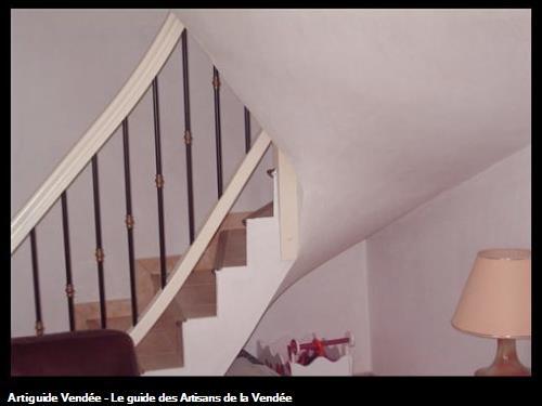 Habillage escalier en plâtre avec enduit lissé