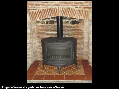 pose poêle bois  tous fonte dans une cheminée  secteur Luçon