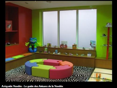 Revêtement muraux très colorés et moquette zèbre . Le tout pour donner une ambiance joyeuse et très novatrice !