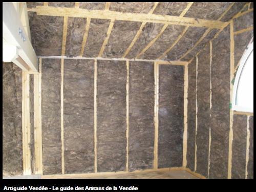 isolation laine de verre knauf avec liant naturel lui donnant cette couleur marron donc pas de formaldéhyde, isolant haute densité pose soignée maison ossature boiswww.mamet-architecture.com