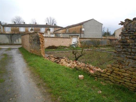 Mur de cloture d'une propriétée écroulé suite aux intempéries sur la commune de Maillezais .Avant travaux.