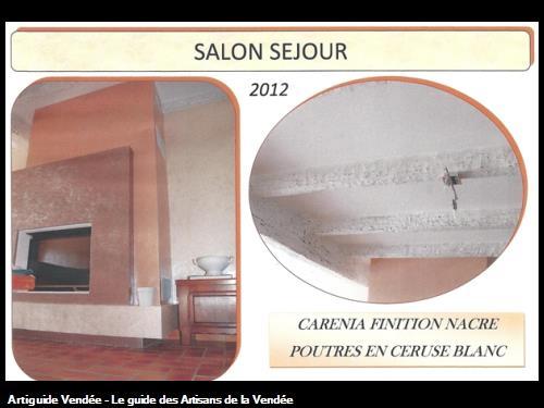 cheminée moderne en carénia marbré de 3 couleurs, avec finition argenté, poutres blanches cérusées,réalisé par l'entreprise Guy Praud SARL (Mouilleron le Captif 85000)